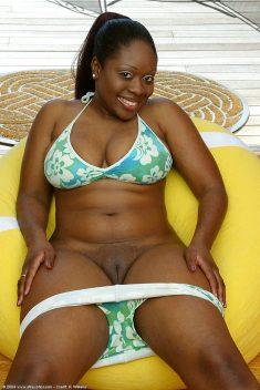 Hermosa chica gordita negro con grandes tetas naturales