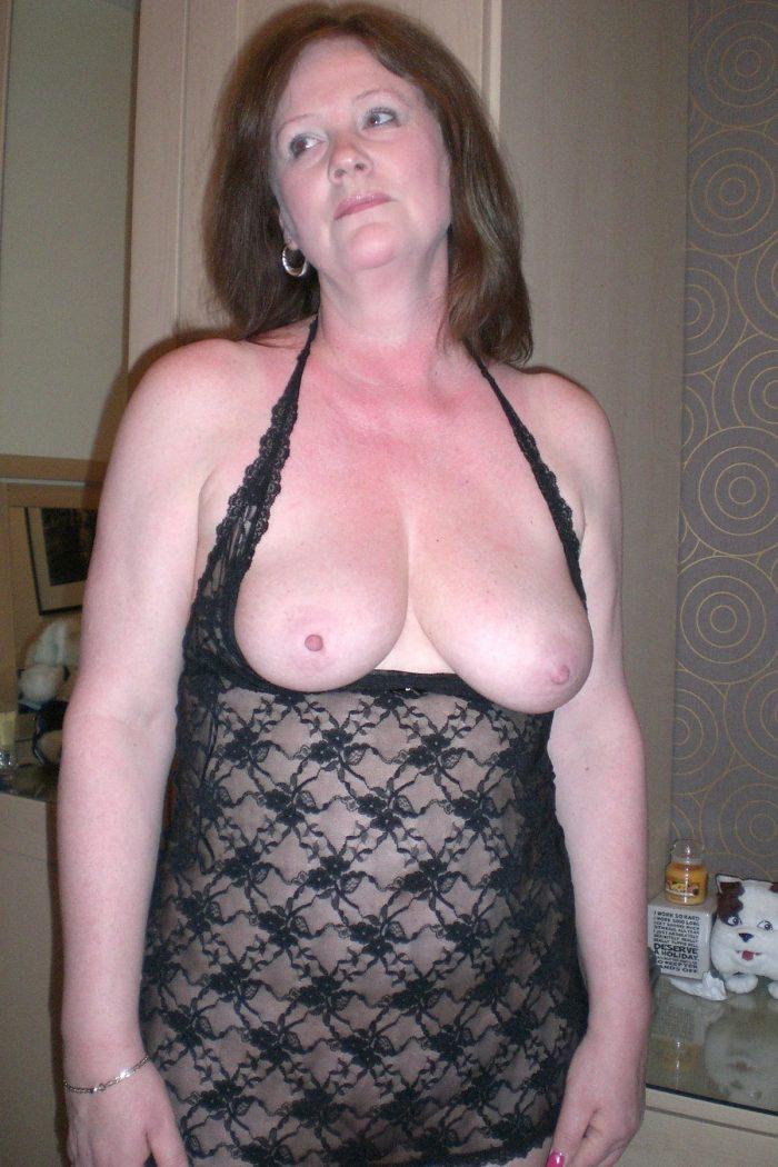 Amateur MILF shows nice tits