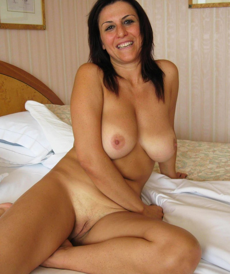 Naked smiling mom with big tits
