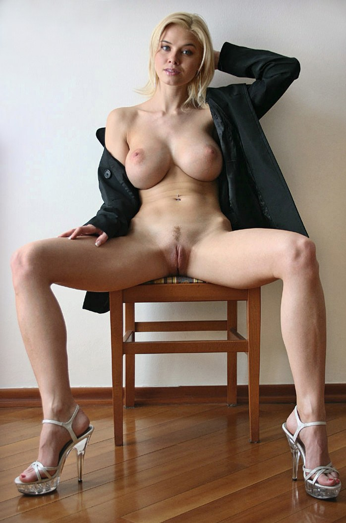 Busty blonde in high heels shows nice pussy