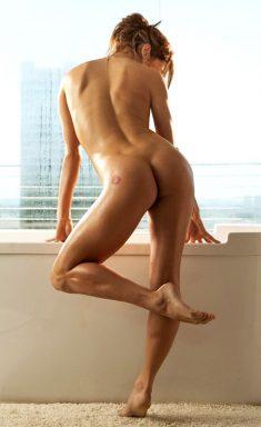 Lauren Elise proudly posing her Body