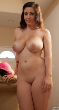 Noelle Easton shows her very nice body