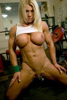 Napakowana blondi Melissa Dettwiller bez majteczek