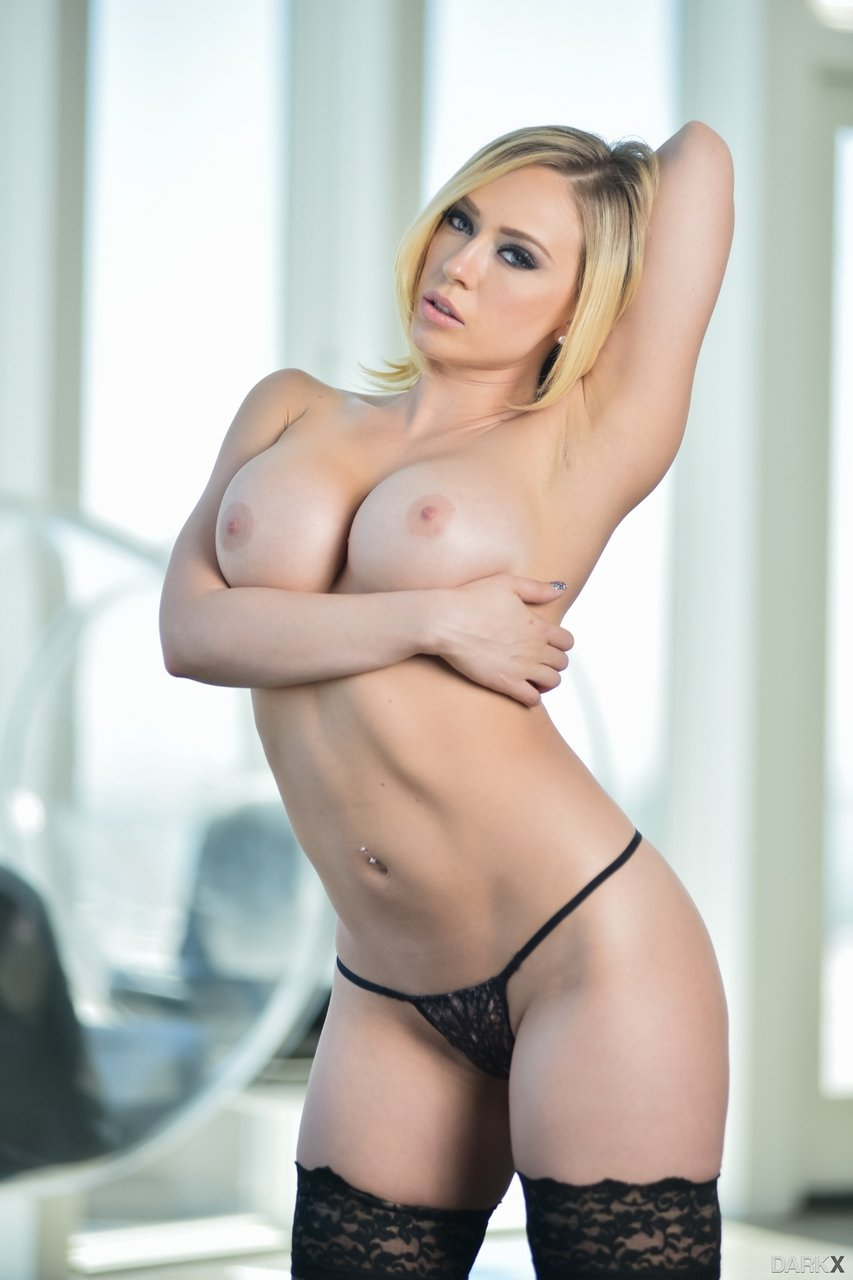 Blonde Kagney Linn Karter reveals big breasts and sexy curves - Image 2