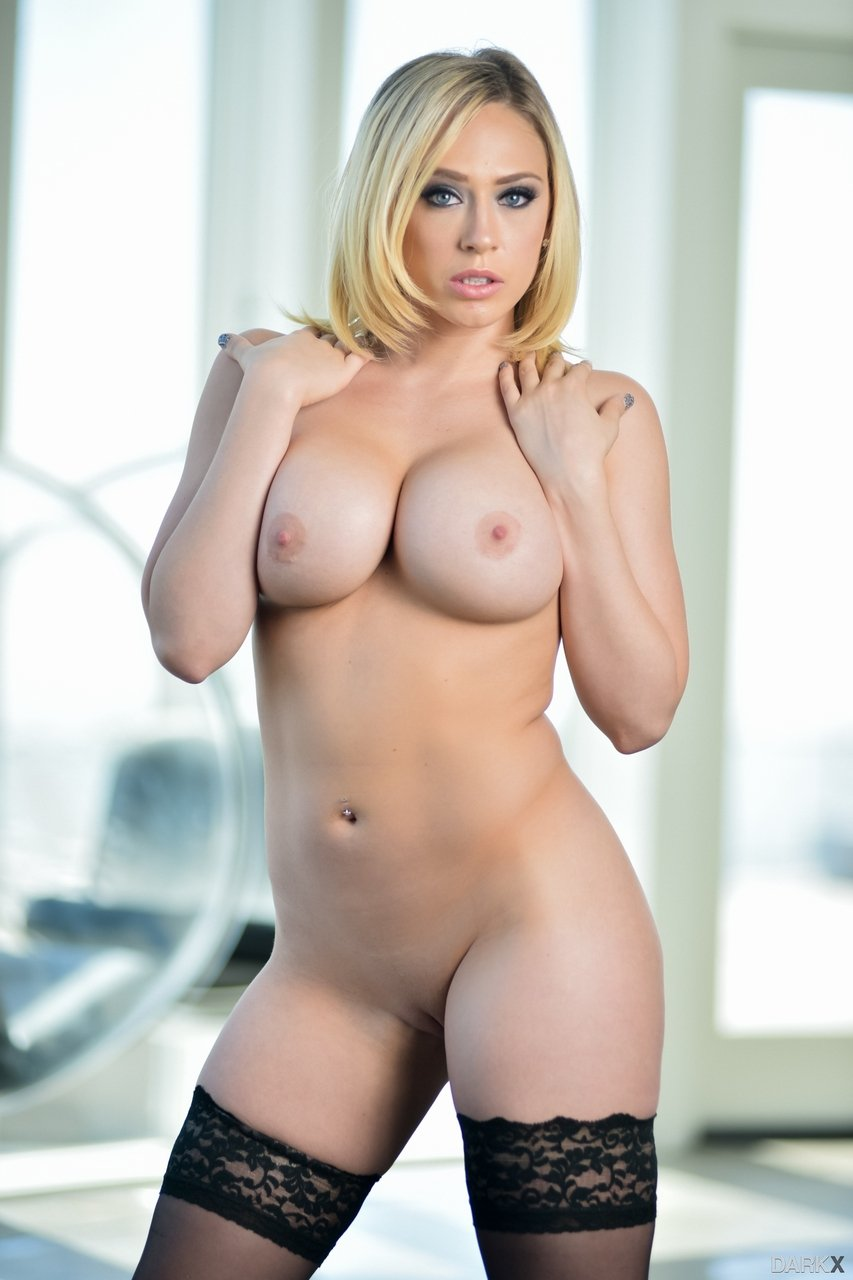 Blonde Kagney Linn Karter reveals big breasts and sexy curves - Image 4