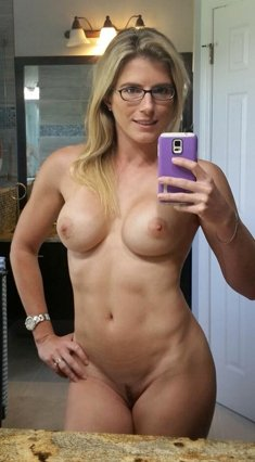 Nicely-shaped mom make nude selfie