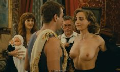 Dominique Blanc exposed her nude tits in Milou en mai