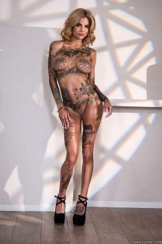 Bonnie Rotten posing against shadows on the wall