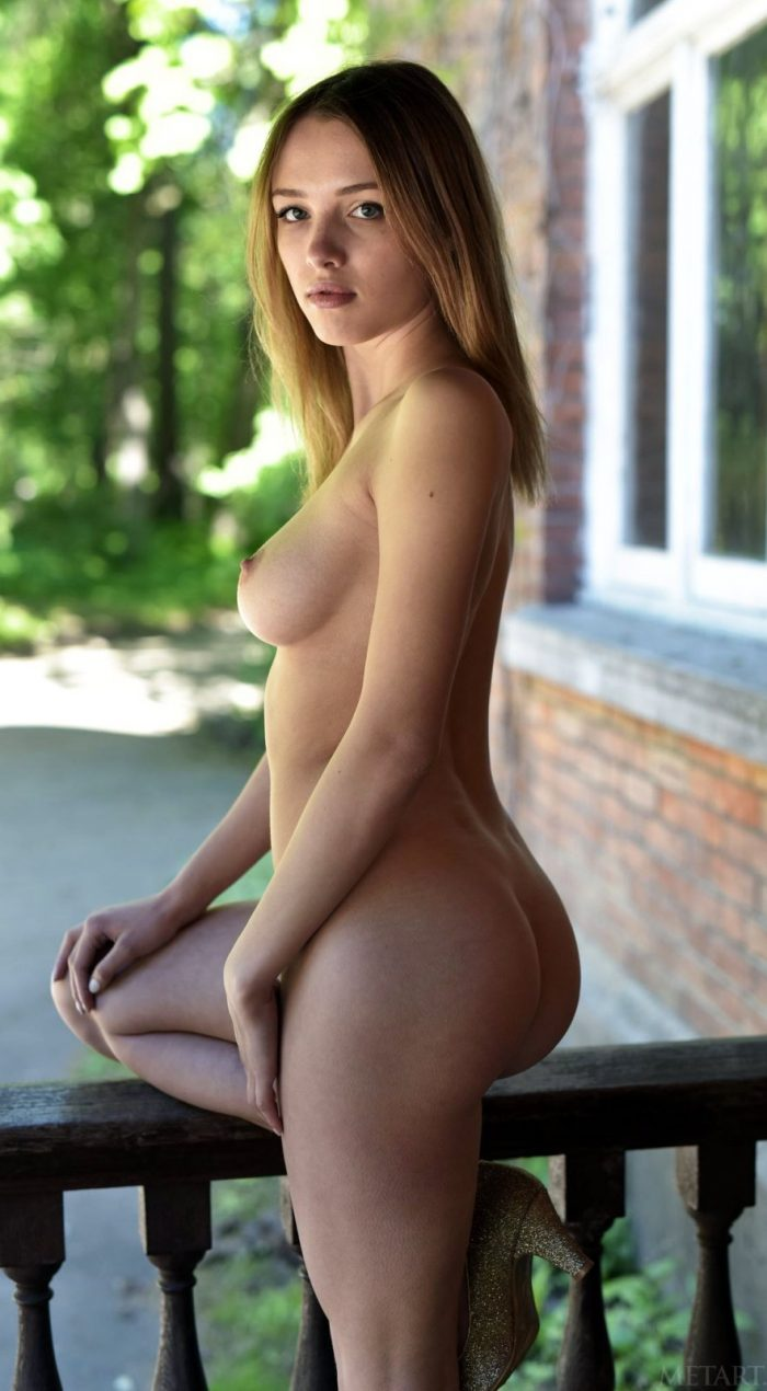 Blonde babe with beautiful face reveals perfect natural body