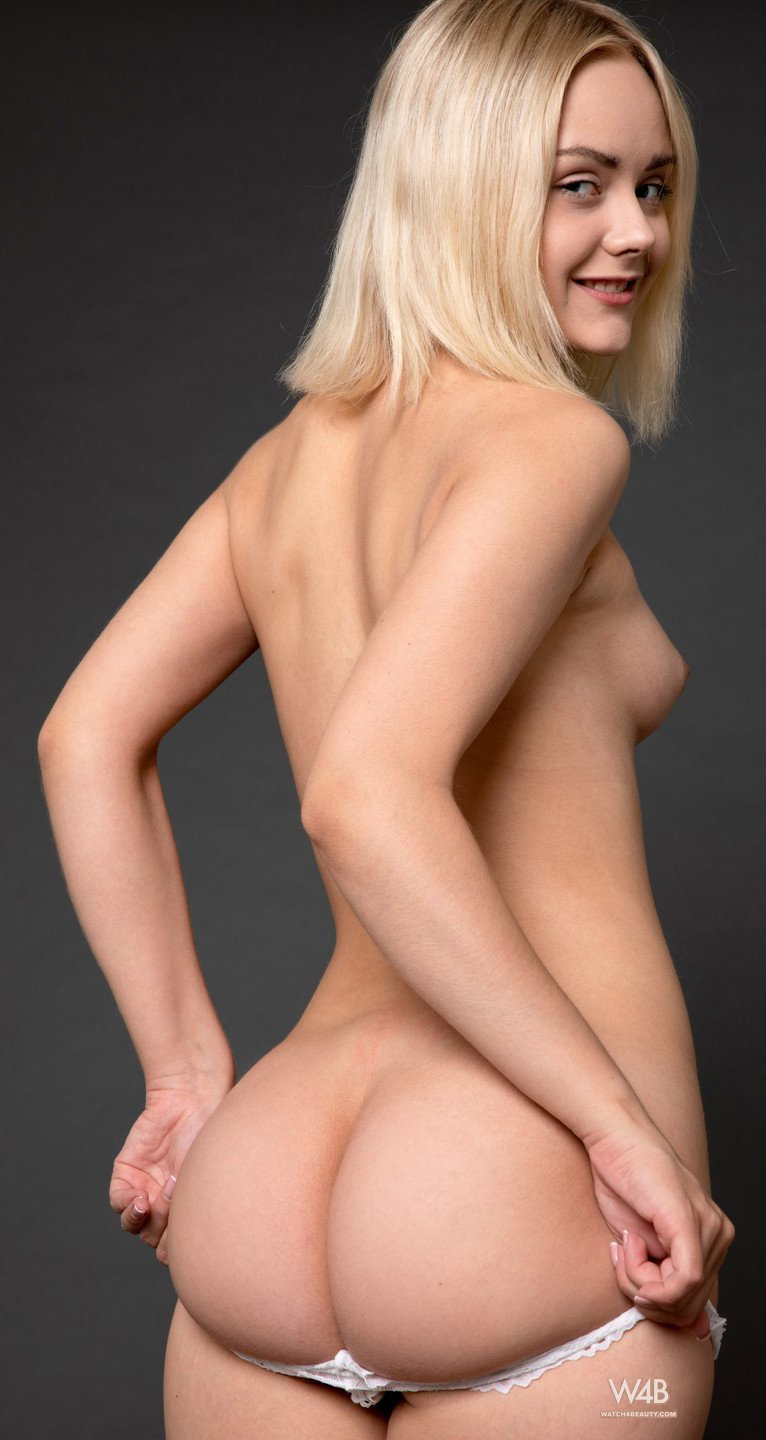 Cute blonde Isabella Star shows her nude body