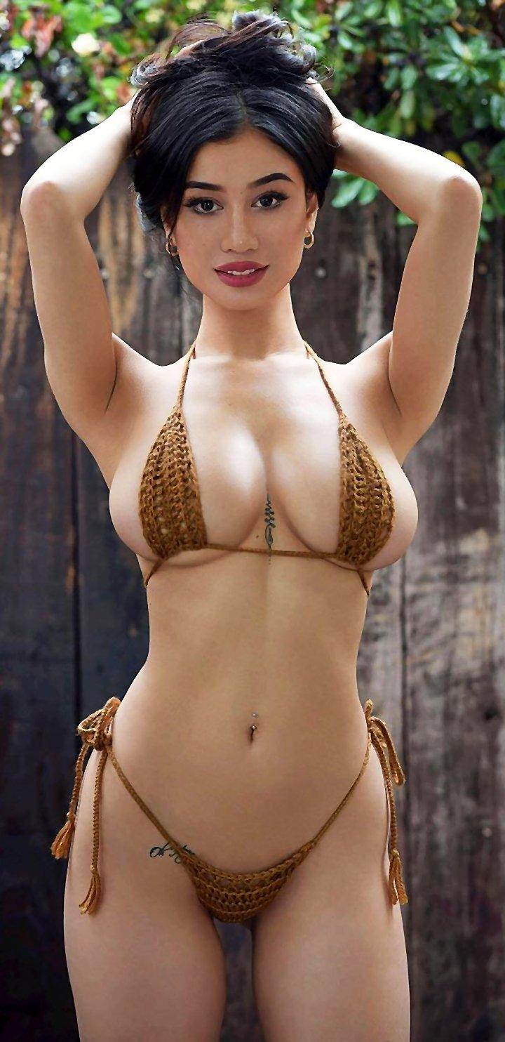 Ellie Lou aka FityKitty shows fantastic body on Instagram
