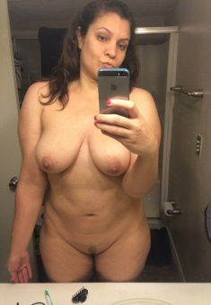 Busty amateur Milf she likes doing nude selfie