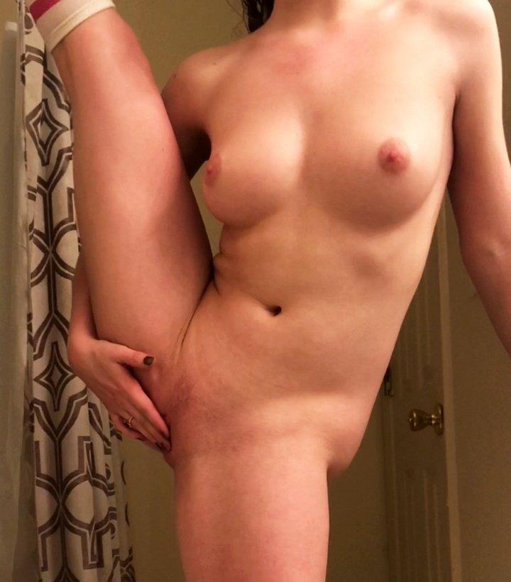 Flexible amateur girl likes masturbating