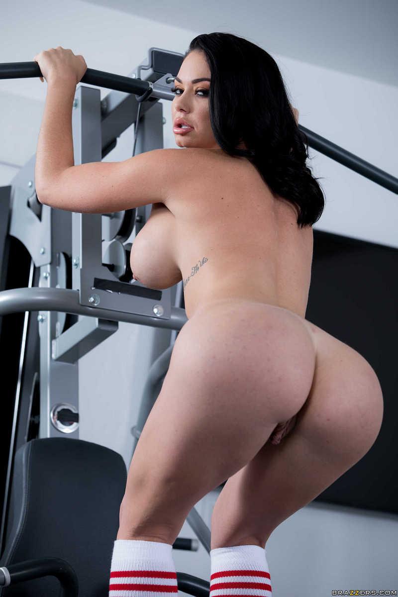 Dupiasta, cycata brunetka Brooke Beretta na siłce