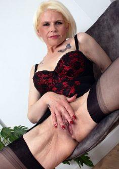 Dojrzała blondyna Skyler Squirt bawi się swoją niemłodą szparką