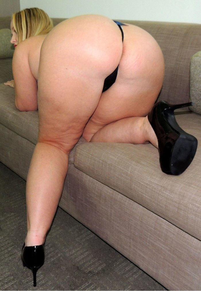 Plump blonde Dee Siren shows her big boobs and huge butt before fucking