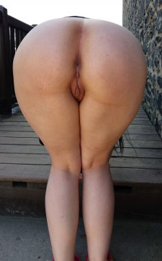 Amateur girl shows her sexy ass