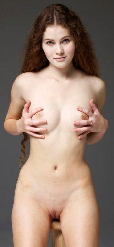 Curly haired Heidi Romanova shows her beautiful nude body