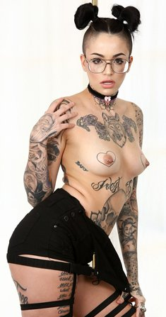 Tattooed girl in glasses Leigh Raven spreads legs and pussy