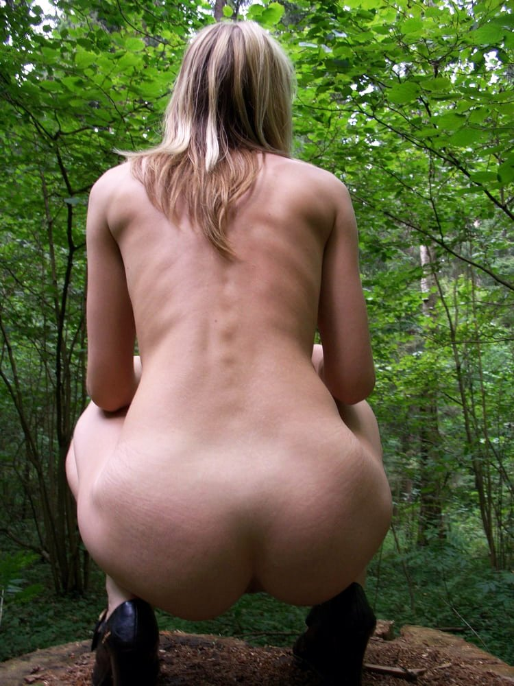 Amateur blonde shows her naked body in the forest