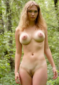 Cute girl shows outdoors beautiful big boobs and a nice pussy