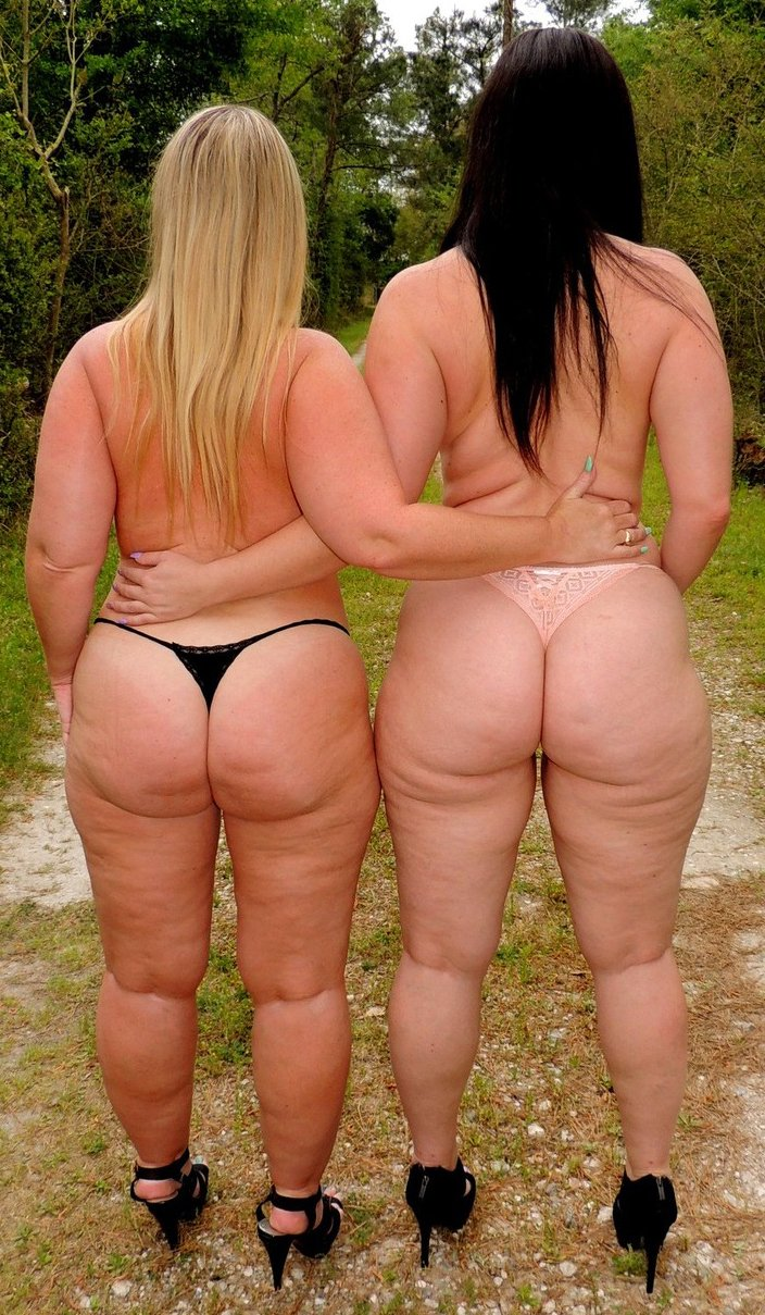 Fat girls Dee Siren and Virgo Peridot shows big butts in nature