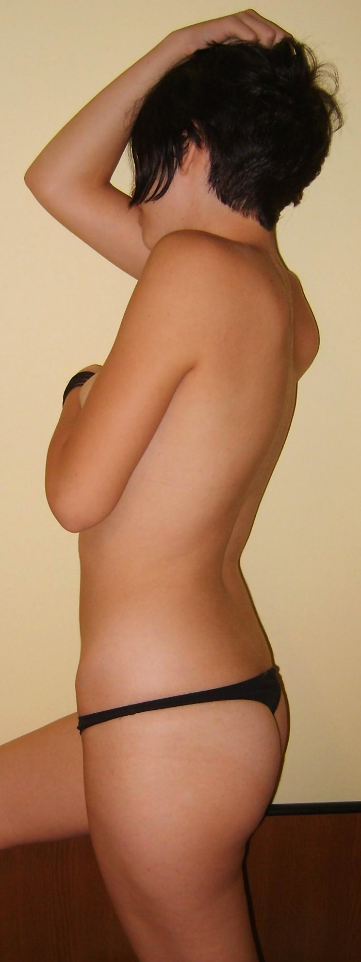 Amateur girlfriend with short hair shows her sexy body