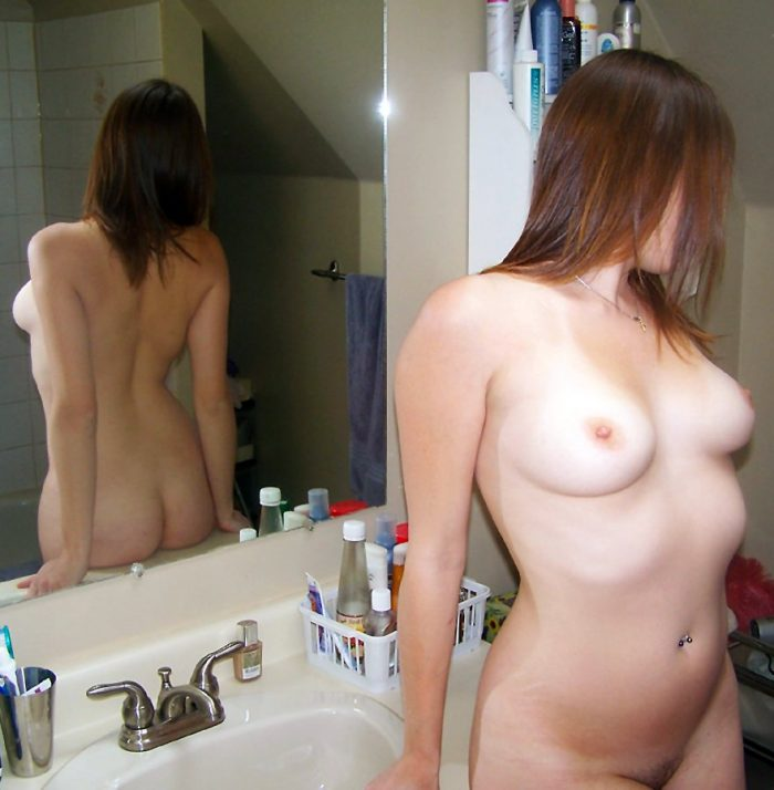 Sexy amateur babe shows her naked body