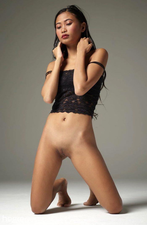 Cute asian girl Hiromi naked in the studio