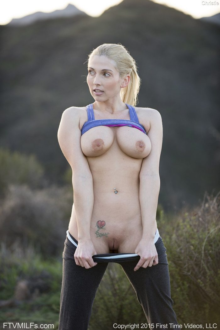 Fitnes babe Christie Stevens shows her fake tits and round sexy ass