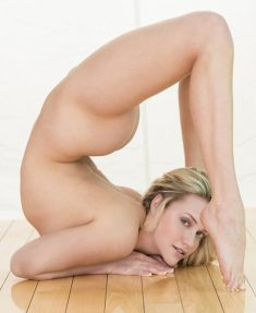 Flexible blonde Mia Malkova shows naked body
