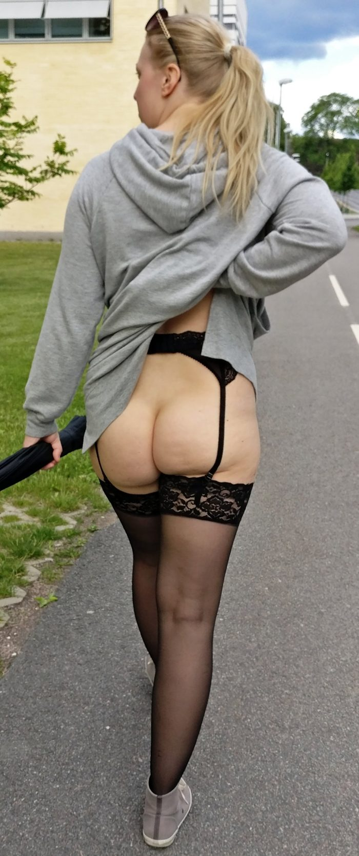 Amateur women show their naked asses outdoors