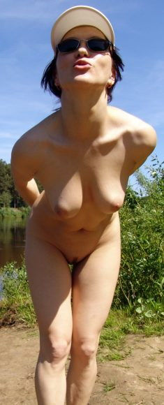 Sexy Amateur GF shows her Naked Body