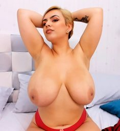 WebCam model Amaretto Hammer shows her huge boobs