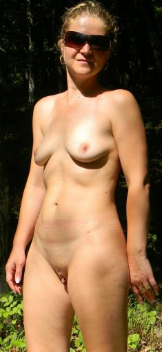 Amateur wife showing her naked sexy body in nature