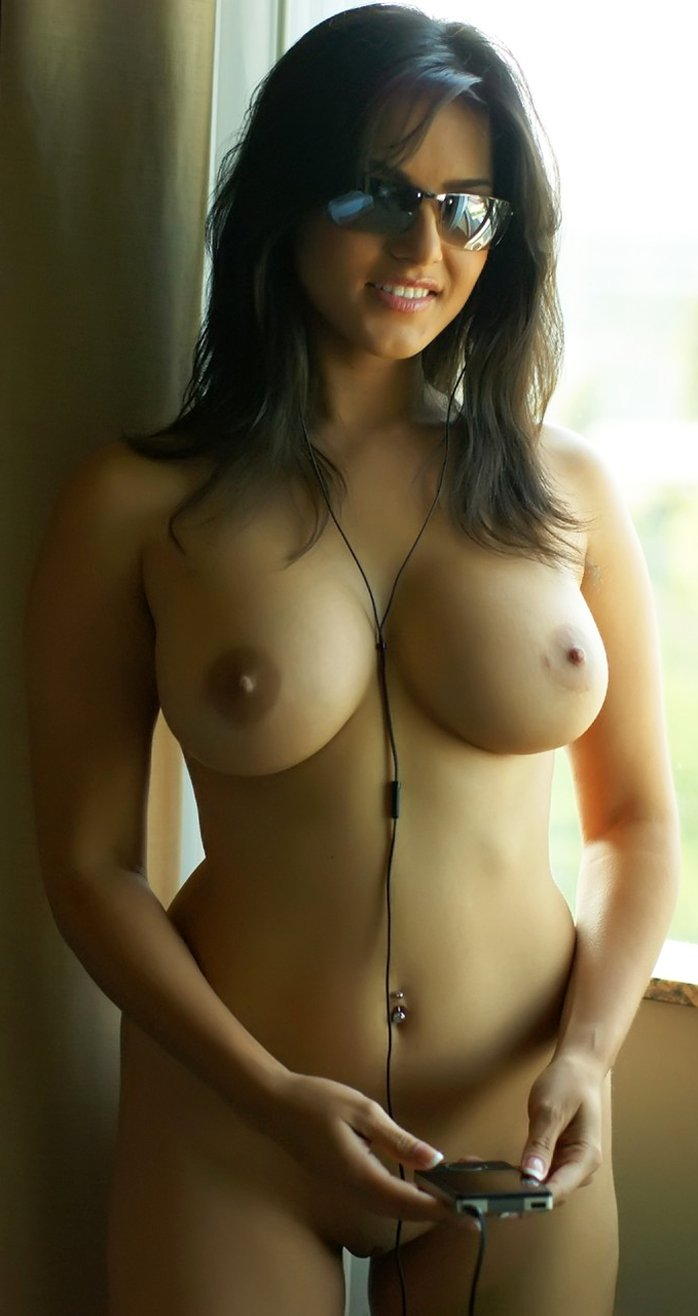 Stunning Indian MILF Sunny Leone shows her big fake tits