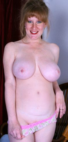 Busty mature woman Veronica spreads her pussy